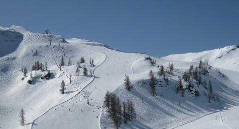 Alpenpanorama mit Piste und Sessellift
