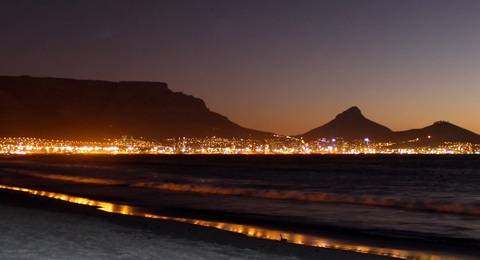 Südafrika Kapstadt mit Tafelberg am Abend